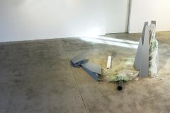 Bez tytułu, 2019-2020, metal, drewno, sklejka, plastik, żywica, folia, farba. Wymiary zmienne, ok. 125x210x210cm. Zdjęcie z wystawy w Kunstverein Ebersberg, Niemcy, 2020.
