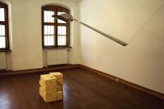 """Bez tytułu ("""" … stanęli nad brzegiem morza chcąc je przebyć i mają tylko łyżkę żeby je wyczerpać.  … """")* Bertolt Brecht, 2017, metal, ceramika, ok. 200x250x200 cm. Zdjęcie z wystawy w Kulturverein Modern Studio Freising, Niemcy, 2018."""