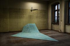 """""""Refreshing rules"""", 2017, płytki ceramiczne basenowe, metal, fasola (odlew), ok. 400x270x320 cm. Zdjęcie z 6-tego Mediations Biennale Poznań, 2018. Fot. Mediations Biennale."""