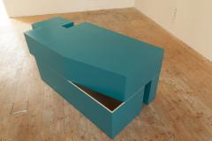 """""""The hidden room"""" (Ukryta przestrzeń. Jak forma zamknięta staje się otwartą ... ), 2015, drewno, 210x95x83 cm. Zdjęcie z wystawy w Akademie der Bildenden Künste München, 2015"""
