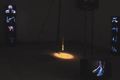 """""""Humanoskop"""" (Humanoscope), instalacja,10 monitorów telewizyjnych, rysunek na powierzchni ekranów TV animowany w czasie rzeczywistym, programy TV, dźwięk TV, anteny, cukierki """"Krówki"""", konstrukcje stalowe, 2005 r."""