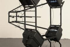 """""""Tomograf"""" (CAT scaner), obiekt, monitory telewizyjne, rysunek na powierzchni ekranów TV animowany w czasie rzeczywistym , programy TV, dźwięk TV,  anteny, przewody antenowe,  konstrukcja stalowa, 2003 r."""