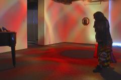 """""""Paradoks w grochy """", fragment instalacji, rzeźba - postać naturalnej wielkości, obrotowa lampa dyskotekowa, pantofle w grochy, fotografia w złoconej ramie, fortepian, płyta marmurowa, 2009 r."""