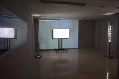 """""""Stan zawieszenia"""" (Suspended state), fragment instalacji,  dwukanałowa projekcja wideo, obiekty świetlne, obiekt stalowy, fotografie, 2017 r."""