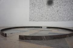 """""""W samym środku niczego"""" (In the middle of nowhere), fragment instalacji, obiekt stalowy, rysunek 350 x 300 cm, projekcja wideo 20,48' z monitora TV, 2019 r."""