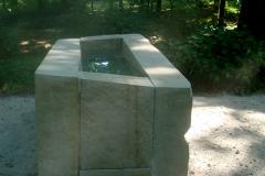 """""""Źródło"""", kamień, woda, blacha lustrzana, popiół, 230 x 87 x 100 cm, 2008"""