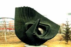 """""""Odrodzenie – wędrówka Kadmosa"""", brąz, 530 x 560 x 320 cm, 2001 r."""