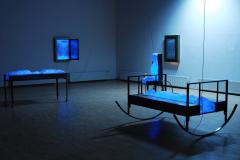 """""""Labirynt namiętności VII"""", fragment instalacji, stalowe obiekty, światło UV, 2009 r."""