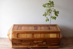 """""""Porządki miłości"""", drewno, dąb, ziemia, 200 x 80 x 60 cm, 2018 r."""