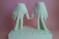 """""""Dwóch szczęśliwych ludzi trzyma się za ręce"""", gips, 2018 r."""
